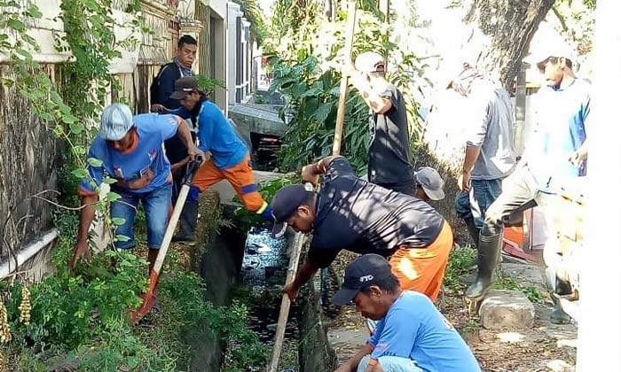 Hindari Penyumbatan Drainase, Satgas Kebersihan Kecamatan Mariso Lakukan Ini