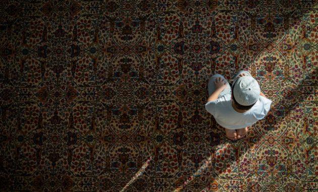 gambar seseorang sedang melaksanakan rekaat sholat tarawih